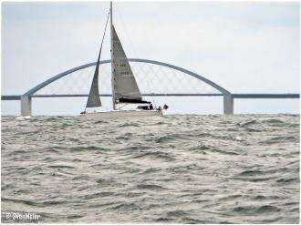 Fehmarnsundbrücke - Yacht kreuzt
