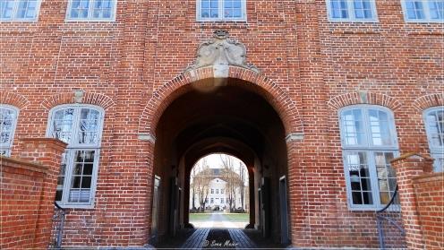 Gut Hasselburg: Durchgang durch das Torhaus mit Blick auf das Herrenhaus.